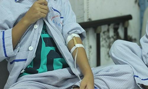 Các em phải vật lộn với bệnh tật thay vì được đến trường đi học như các bạn cùng trang lứa.