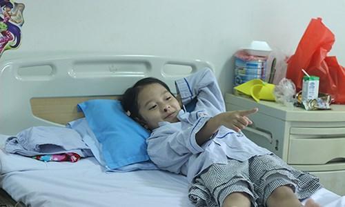 Cháu Phạm Ngọc Ánh dần vui vẻ trở lại khi được anh trai Phạm Anh Tuấn động viên.