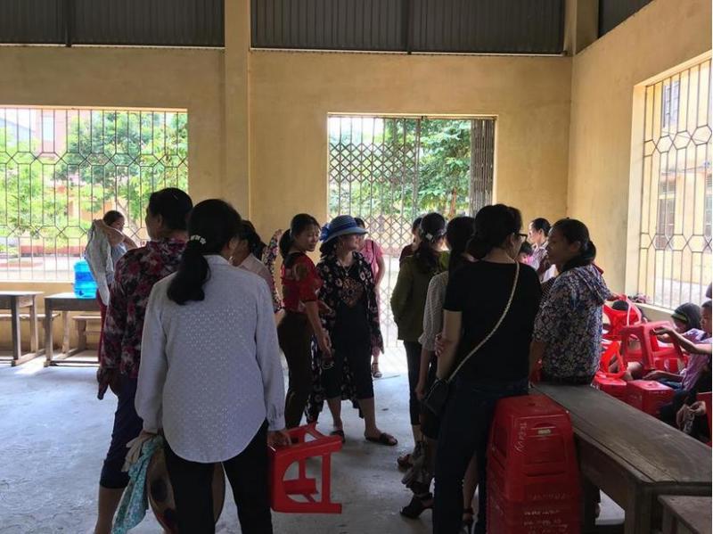 Đông đảo phụ huynh đã có mặt tại trường để dự buổi họp phụ huynh chiều nay (13/9)