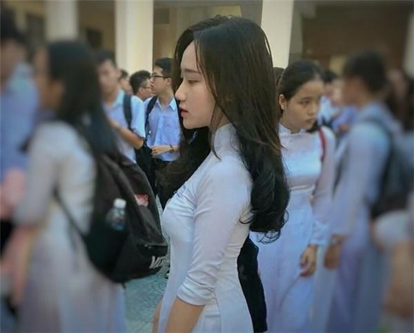 Nữ sinh Phạm Châu Hồng Vân sinh năm 2000, học sinh lớp 12/16, trường THPT Trần Phú, Đà Nẵng là một trong những nhân vật gây chú ý tại lễ khai giảng năm nay với bức ảnh chụp góc nghiêng thần thánh cực đẹp.