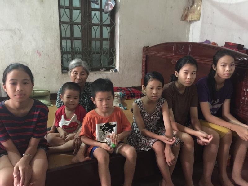 Yến cùng các em nhỏ và bà nội đang nương tựa vào nhau.