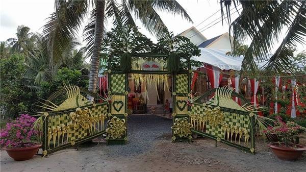 Chỉ cần khéo tay và sáng tạo một chút, là đã có một cổng cưới lá dừa tuyệt đẹp.
