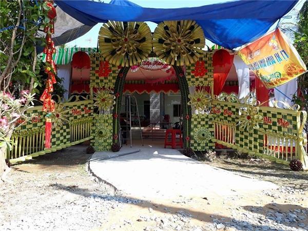 Trông cực kì bắt mắt, hẳn là ai cũng muốn tạo dáng chụp ảnh trước chiếc cổng hoa cưới đặc biệt thế này.