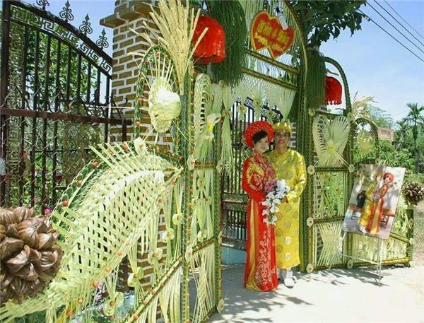 Trời nắng mà nhìn chiếc cổng cưới thế này bỗng dưng cũng mát mắt.