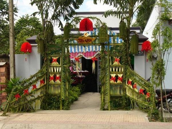 Chỉ từ lá dừa và các loại lá phụ thôi, người thợ khéo tay đã kết nên chiếc cổng xinh đẹp như thế này.