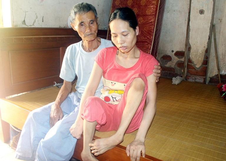 Dù mắc bệnh tắc nghẽn phổi, nhưng hàng ngày, ông Nguyễn Văn Đông vẫn động viên, chăm sóc con gái Nguyễn Thị Đường.