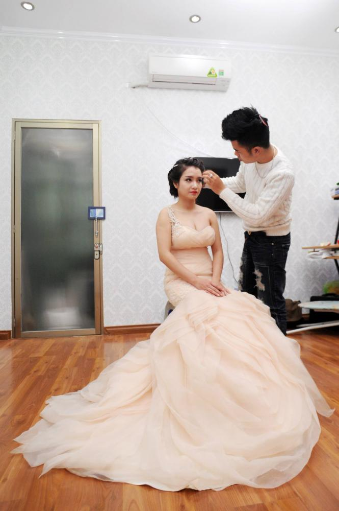 Nguyễn Hải Phong đang làm đẹp cho một cô dâu trong ngày cưới. Ảnh: nhân vật cung cấp
