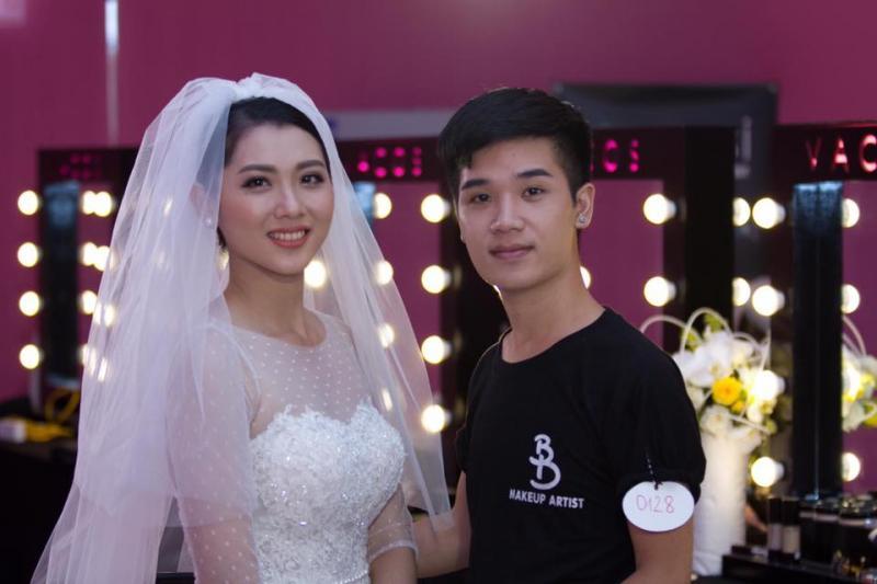 Thợ trang điểm Nguyễn Hải Phong chụp cùng người mẫu trong một cuộc thi tay nghề. Ảnh: Nhân vật cung cấp