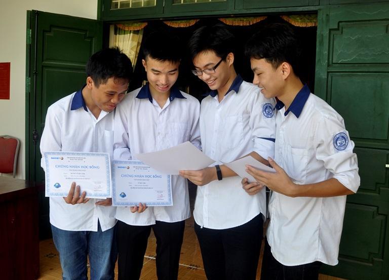 Em Cao Phương Nam (đứng thứ 2 từ phải sang) chia sẻ niềm vui khi nhận học bổng với bạn bè. Ảnh: Trà Hương