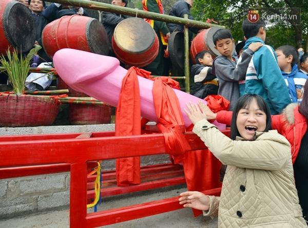 Theo người dân ở đây cho biết, lễ hội và các màn rước này mang tính cầu may mắn, bình an thịnh vượng trong năm mới.