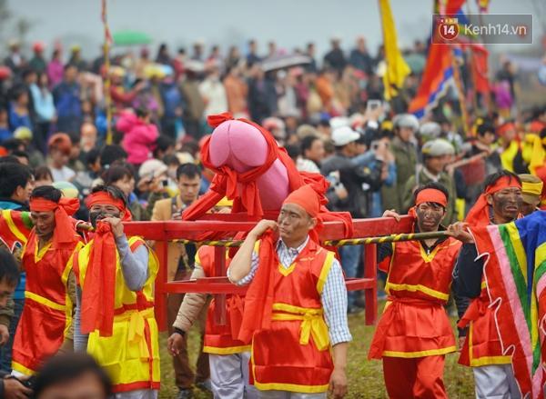 Độc đáo và thu hút người dân nhất đó là kiệu rước tàng thinh của 8 trai tráng trong làng.