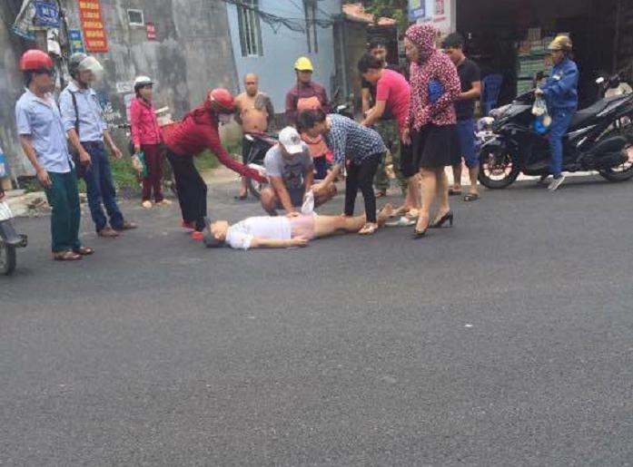 Nạn nhân nằm ra giữa đường sau khi bị trúng đạn