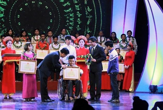 Thứ trưởng Bộ GD-ĐT Nguyễn Hữu Độ trao bằng khen cho những học sinh vượt khó học tốt. Ảnh: Thanh Hùng.