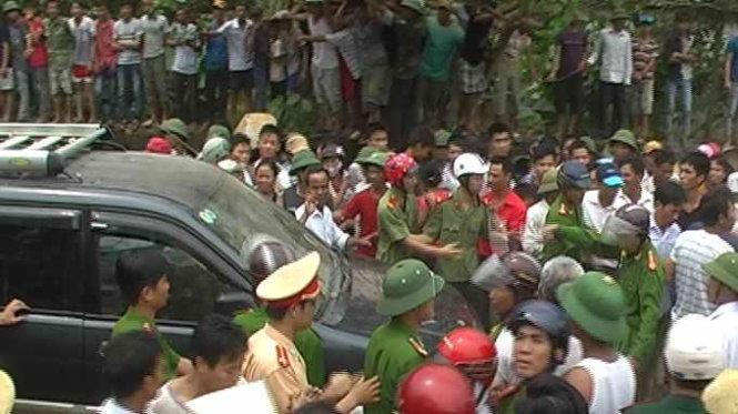 Đám đông ở Nghệ An đứng kín khi lực lượng công an