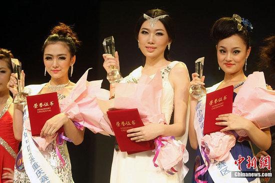 Người đẹp Trần Siêu Nhiếp (giữa) chiến thắng tại cuộc thi Hoa hậu Quốc tế Trùng Khánh 2012. Cô khiến nhiều người sốc vì khuôn mặt không có điểm nào nổi bật, chưa kể đôi mắt nhỏ xíu, mũi tẹt dí. Ngoài ra, nhan sắc của hai Á hậu cũng bị đánh giá là tầm thường.