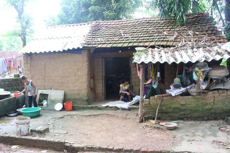 Chị Tống Thị Sáu cùng hai con nhỏ sống trong ngôi nhà đất có nguy cơ đổ sập bất cứ lúc nào. Ảnh: Kim Ly