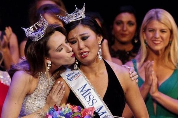 Cô cũng là phụ nữ Trung Quốc, cũng là gốc Á đầu tiên lên ngôi tại cuộc thi nhan sắc ở bang Michigan, tuy nhiên nhan sắc của cô lại bị chính khán giả ở quê nhà chê bai.