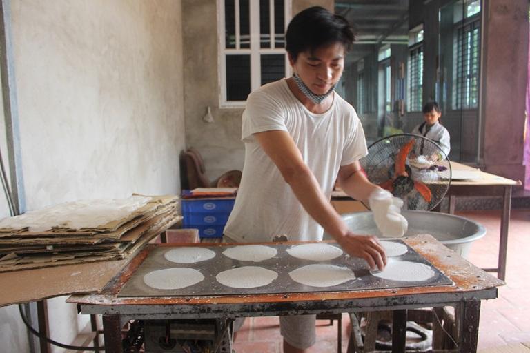 Gia đình anh Nguyễn Văn Đức, làng Bảo Đức, xã Đạo Đức (Bình Xuyên) mỗi tháng xuất bán khoảng 3.000 xấp bánh tráng cho thu nhập gần 10 triệu đồng. Ảnh: Kim Ly