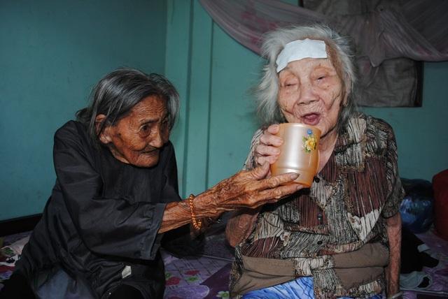 Bà Ngươn luôn mong mình khỏe mạnh để chăm sóc chị hai - Ảnh: Internet