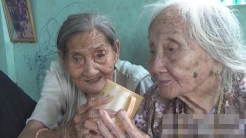 Không chị thương yêu nhau, hai cụ bà luôn có tấm lòng nhường cơm sẻ áo cho những người cùng cảnh ngộ - Ảnh: Internet