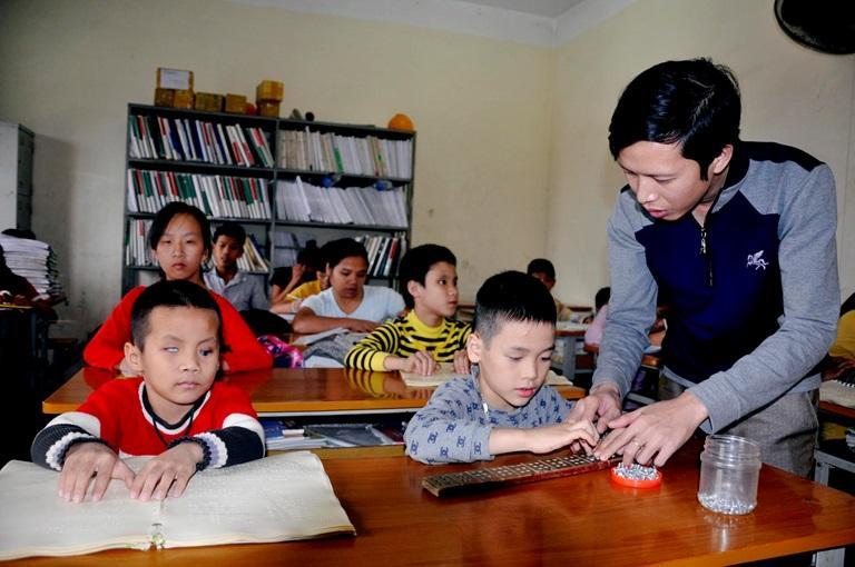Thầy Lê Văn Tùng trong giờ phụ đạo học sinh tiền hòa nhập và hòa nhập tại Trung tâm Giáo dục và dạy nghề, Hội Người mù tỉnh.