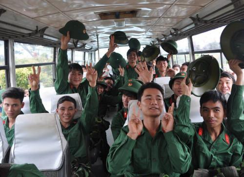 Trong khi hầu hết thanh niên hăng hái lên đường nhập ngũ thì số ít những thanh niên vẫn trốn khám nghĩa vụ quân sự - Ảnh minh họa