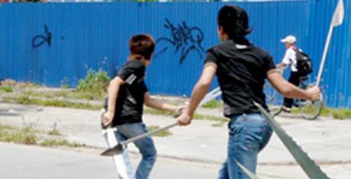 Ngăn chặn nhóm học sinh mang hung khí đi