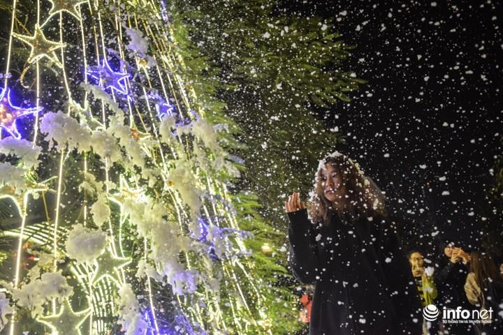 Điều đặc biệt là trong dịp giáng sinh tới đây, các sinh viên ở các trường khác cũng sẽ được chào đón tới để chiêm ngưỡng cơn mưa tuyết này khi trường Đại học Thăng Long sẽ mở cửa cho tất cả mọi người cùng tới tham dự.