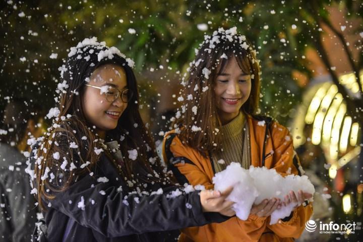 Quỳnh Anh (sinh viên trường Đại học Thăng Long) cùng bạn học thích thú chơi đùa cùng những bông tuyết giả.