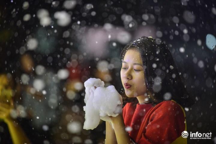 """Phan Đặng Hương Hương (sinh viên trường Đại học Thăng Long) chia sẻ: """"Mặc dù chỉ là tuyết giả nhưng mình thấy rất đẹp và không riêng gì mình mà ai cũng đều rất thích"""