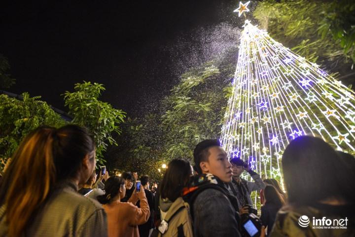 Đây cũng là một trong nhưng dịp hiếm hoi để các bạn trẻ Hà Nội được ngắm nhìn khung cảnh tuyết rơi lãng mạn trong đêm giáng sinh.