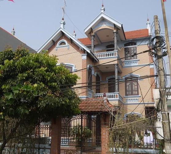 Có tiền, người dân làng Miêng Thượng đua nhau xây nhà và biệt thự. Những ngôi biệt thự ở đây đều được xây rất kiên cố, bề thế và hoành tráng.