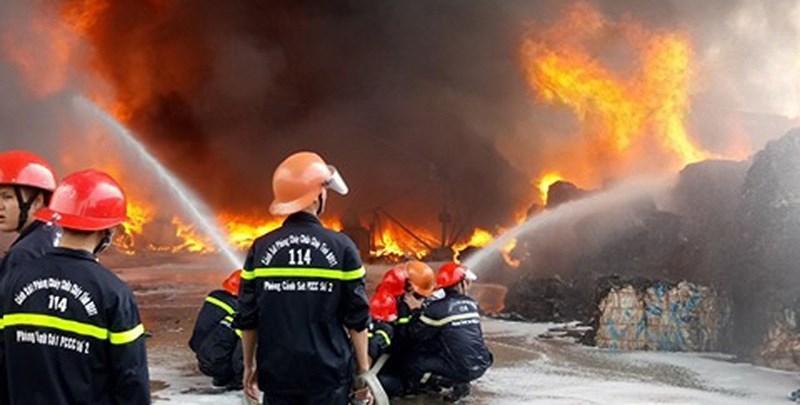Cháy dữ dội tại cơ sở bao bì