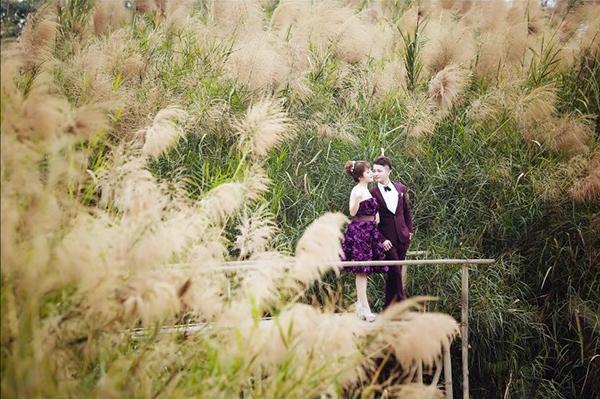 Mặc dù thời tiết mùa đông Hà Nội khá lạnh nhưng để có được những bức ảnh đẹp nhất, cô dâu chú rể không ngại diện những bộ đồ phù hợp nhất để có được những bức ảnh để đời. (Ảnh: Hongkong Studio)