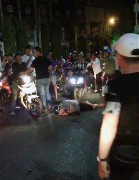 Sau khi bị đánh, nam thanh niên nằm bất động trên đường. Ảnh: TNO
