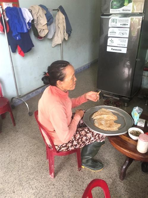 Bữa trưa của bà Hồng chỉ là mấy cái bánh tráng nướng chấm nước mắm