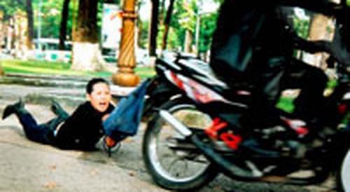 Những vụ cướp giật trên đường phố với những thủ đoạn liều lĩnh, táo tợn khiến nhiều người hoang mang, lo sợ - Ảnh minh họa
