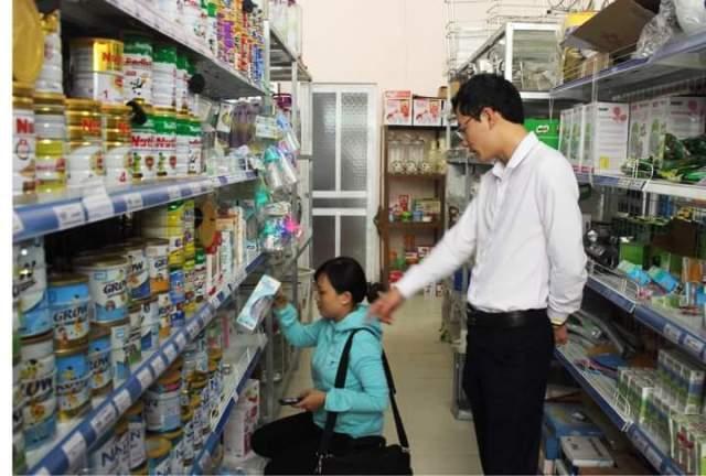 Hoàng Ngọc Thanh giới thiệu cho khách các sản phẩm tại siêu thị - Ảnh: HM