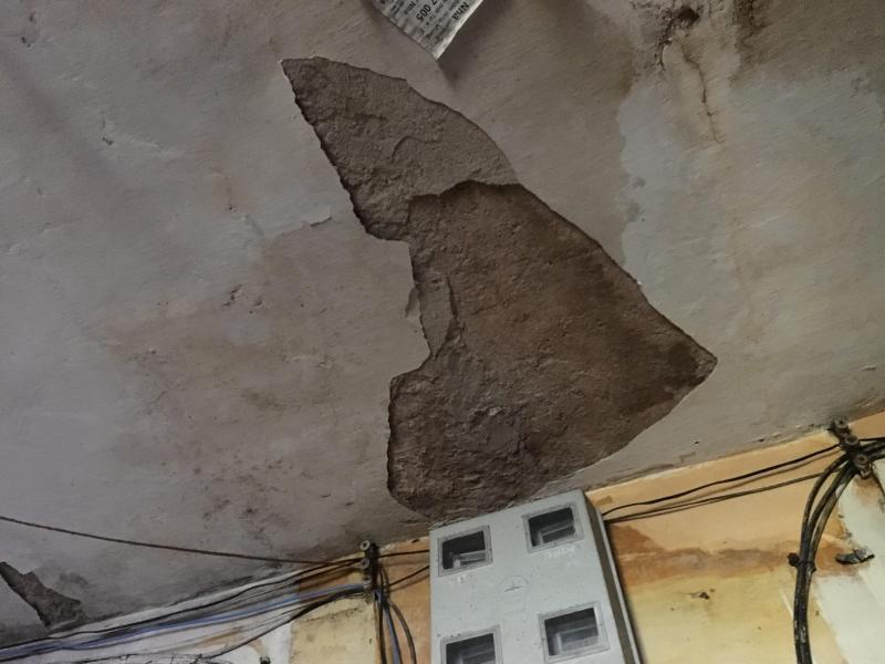 Trần nhà G6A liên tục bị nứt vỡ, vôi vữa rơi rụng từng mảng lớn. Ảnh: Thanh Hải