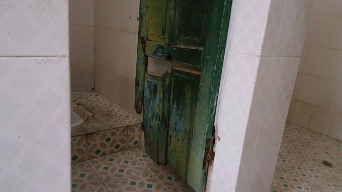 Một góc nhà vệ sinh công cộng  ở khu tập thể thuốc lá Thăng Long. Ảnh: Thanh Hải