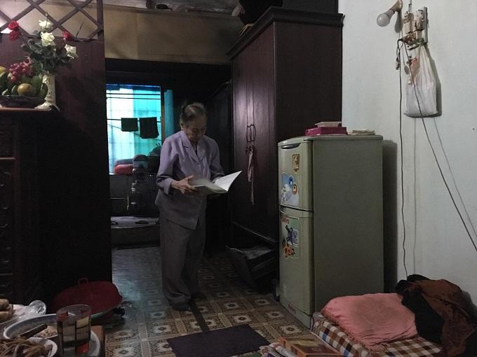 Bà Nguyễn Thị Huê - phòng phòng 203, tòa B tập thể Thuốc lá Thăng Long. Ảnh: Nhật Linh