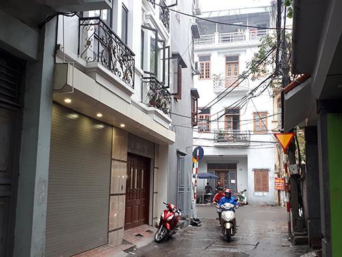 Ngôi nhà (có đèn hiên sáng) là nơi phát hiện xác ông Lâm. Ảnh: Phương Sơn