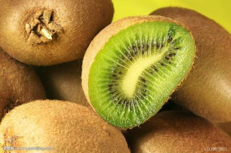 Quả kiwi: Dùng 50g kiwi tươi, nghiền nhỏ cho vào 250ml nước ấm nguấy đều rồi uống, có thể giúp chứng viêm tuyến tiền liệt hoặc tiểu buốt.