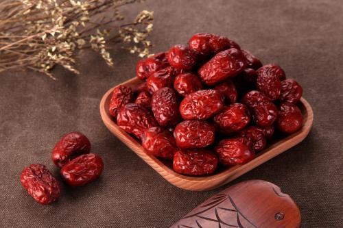 Táo đỏ: Với tác dụng bổ huyết, tốt cho tinh thần đây sẽ là thực phẩm tuyệt vời giúp chữa bệnh bất lực và xuất tinh sớm ở các quý ông.