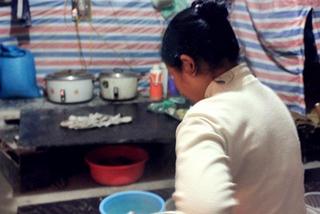 Chị Lò Thị Mai chia sẻ chuyện sinh hoạt trong những lán tạm công nhân. Ảnh: Thanh Hải.