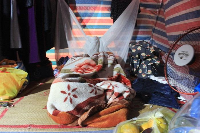 Giữa mùa đông, chị Thủy vẫn phải bật quạt để hong khô quần áo.