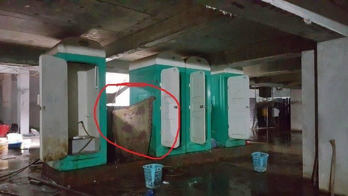 Nhà tắm tạm có cửa che bằng ri đô của nữ cấp dưỡng trong khu lán của công nhân. Ảnh Nhật Linh