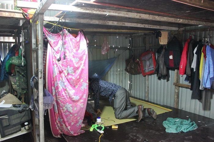 Anh Minh trên chiếc giường tạm trong lán. Ảnh: Thanh Hải