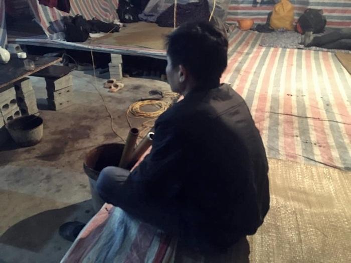 Anh Phùng Văn Ngọc (47 tuổi, quê Thanh Hóa) là công nhân xếp gạch. Ảnh: Thanh Hải