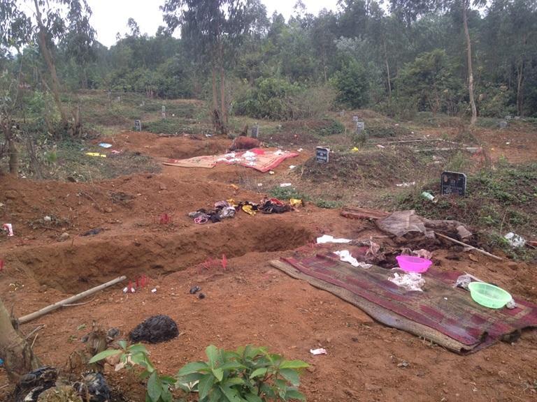 Tình trạng mất vệ sinh ở nghĩa trang km4, xã Định Trung, thành phố Vĩnh Yên